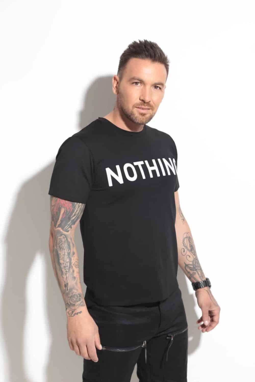Спортно-елегантна тениска с щампа NOTHING